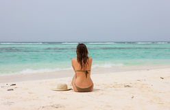 Женщина в тропическом пляже Стоковые Изображения RF