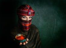 Женщина в тюрбане с красным chili стоковое изображение rf