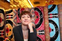 Женщина в узбекском ресторане Стоковые Фотографии RF