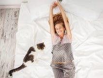 Женщина в утре в кровати стоковая фотография rf