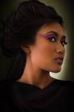 Женщина в фиолетовом платье и фиолетовом составе Стоковое фото RF