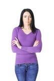 Женщина в фиолетовом свитере при сложенные оружия Стоковые Изображения RF