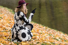 Женщина в флористической сделанной по образцу шляпе красного цвета пальто и вина в парке, рекой Счастливая девушка, красочный пор Стоковое Фото