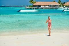 Женщина в цельном купальнике на пляже стоковые фотографии rf