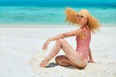 Женщина в цельном купальнике на пляже стоковые изображения rf