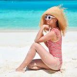Женщина в цельном купальнике на пляже стоковая фотография