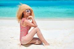 Женщина в цельном купальнике на пляже стоковое изображение rf