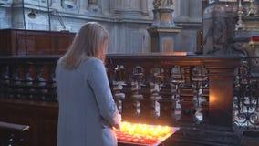 Женщина в церков сток-видео
