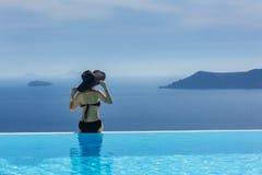 Женщина в черном купальном костюме и шляпе Стоковые Изображения RF