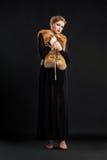Женщина в черном платье и шерсть Fox Mantle - очарование Стоковое фото RF