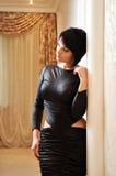 Женщина в черном платье Стоковое Фото