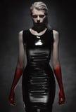 Женщина в черном платье латекса стоковые изображения rf