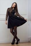 Женщина в черном платье во всю длину Стоковые Фото