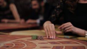 Женщина в черном платье принимает карточку и делает пари в казино, Blakjack сток-видео