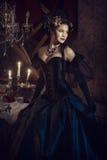 Женщина в черном платье рококо Стоковые Фотографии RF