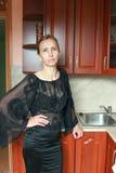 Женщина в черном платье Стоковые Изображения