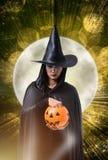 Женщина в черном страшном костюме хеллоуина ведьмы с искусством хеллоуина Стоковые Фотографии RF