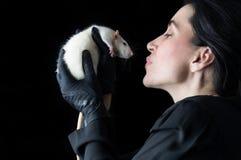 Женщина в черноте с белой крысой - близкой поднимающей вверх съемкой Стоковые Изображения