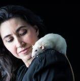 Женщина в черноте с крысой Стоковое Фото