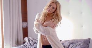 Женщина в черно-белом нижнем белье вставать на кровати видеоматериал