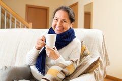 Женщина в шарфе дома стоковая фотография