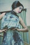 Женщина в шикарном платье представляя на лестницах стоковое фото