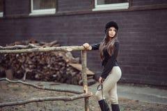 Женщина в школе верховой езды Стоковое фото RF