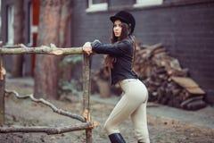 Женщина в школе верховой езды Стоковая Фотография
