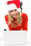 Женщина в шлеме Санта с компьтер-книжкой стоковое изображение rf