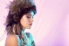 Женщина в шлеме шерсти стоковые фото