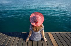 Женщина в шляпе на деревянной пристани стоковые фото