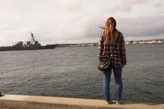 Женщина в шотландке вытаращить на корабле на океане Стоковые Изображения RF