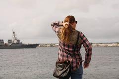 Женщина в шотландке вытаращить на корабле на океане Стоковая Фотография