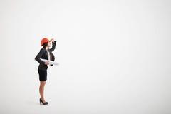 Женщина в шлеме официально носки и конструкции держа светокопии стоковое изображение rf