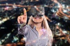 Женщина в шлемофоне виртуальной реальности стоковое изображение rf