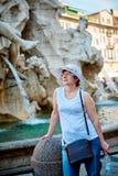 Женщина в шляпе в Риме на аркаде Navona Стоковые Изображения RF