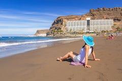 Женщина в шляпе наслаждаясь праздниками солнца на пляже Стоковое фото RF