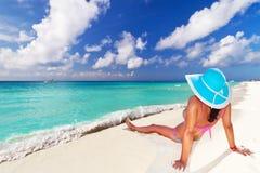 Женщина в шляпе наслаждаясь праздниками солнца Стоковое Изображение RF