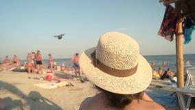 Женщина в шляпе, предпосылке пляжа акции видеоматериалы
