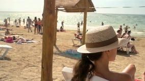 Женщина в шляпе, пляже сток-видео