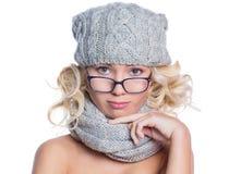 Женщина в шляпе, шарфе и стеклах стоковые фотографии rf