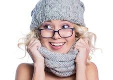 Женщина в шляпе, шарфе и стеклах стоковое изображение rf
