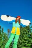 Женщина в лыжной маске стоя с сноубордом стоковое изображение rf