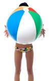 Женщина в beachwear играя с шариком пляжа Стоковые Фотографии RF