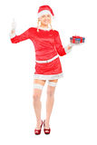 Женщина в costume держа подарок и давая большой пец руки Стоковое фото RF
