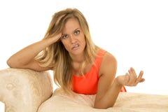 Женщина в ed полагается на софе сумашедшей стоковое изображение