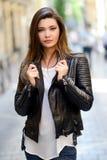Женщина в jac городской предпосылки нося кожаном Стоковое Фото