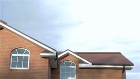 Женщина в nightgown идет вне на крылечко дома и посылает воздушный шар в небе сток-видео