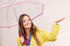 Женщина в rainproof пальто с зонтиком прогнозирование стоковое изображение