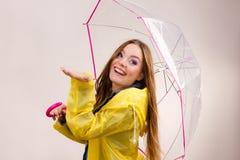 Женщина в rainproof пальто с зонтиком прогнозирование стоковые изображения